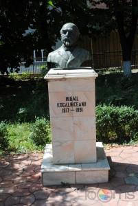 muzeul-kogalniceanu-statuie